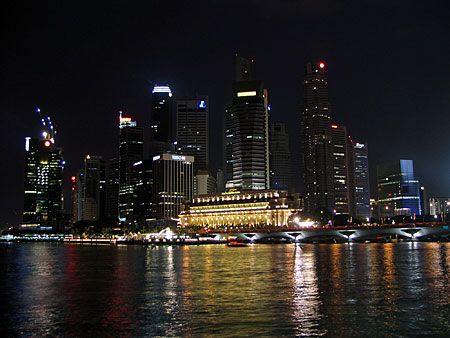 Great view from Espanade overthe Bay towards Fullerton Hotel
